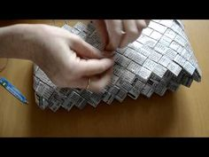 como hacer bolso de papel candy Candy Wrapper Purse, Candy Bags, Paper Jewelry, Paper Beads, Magazine Crafts, Paper Chains, Paper Weaving, Diy Handbag, Newspaper Crafts