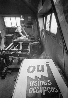 Marc Riboud, Atelier Populaire, ex-école des Beaux Arts, Paris, 1968.