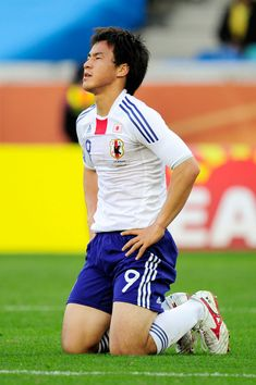 Shinji Okazaki Photos - Shinji Okazaki of Japan reacts after missing a goal scoring chance during the 2010 FIFA World Cup South Africa Group E match between Netherlands and Japan at Durban Stadium on June 19, 2010 in Durban, South Africa. - Netherlands v Japan: Group E - 2010 FIFA World Cup Shinji Okazaki, Premier League Matches, Arsenal Fc, Fifa World Cup, June 19, Running, Netherlands, South Africa, Goal