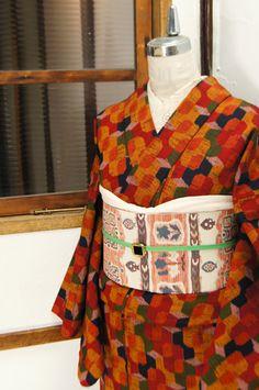 カラフルでいて愁いをおびた色選びで織り出されたレトロタイルのようなウールの単着物です。