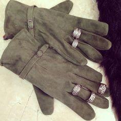 Usa varios anillos de plata encima de tus guantes para un look único!  Use several rings over your gloves tu make a unique look! Rings (anillos) en Apsara_ropayaccesorios. Guantes por Napa Moda