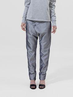 Zilver denim harem trousers - Designed by By Brown Deze broek is gemaakt van een katoen/polyester melange. Deze harem broek is asymmetrisch, zeer comfortable om te dragen en makkelijk om te wassen