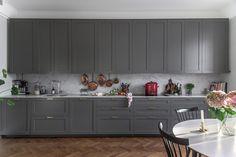 Klassiskt kök med Cararra Marmor Kitchen Cabinets Decor, Kitchen Doors, Kitchen Cabinet Design, Ikea, Grey Kitchens, Kitchen Grey, Kitchen Trends, Kitchen Ideas, Luxury Homes