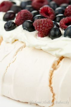 Melt in your mouth meringue Pavlow, crispy outside, foam inside. With whipped cream and fruit. Meringue Pavlova, Camembert Cheese, Pudding, Cooking, Fruit, Hair, Beauty, Desserts, Baking
