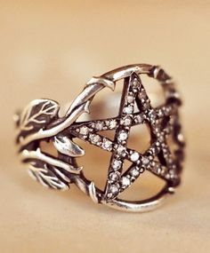 Jewelry Pagan Wicca Witch: Pentacle I don't usually post jewellery but this is gorgeous! Jewelry Box, Jewelry Rings, Jewelry Accessories, Jewelry Making, Jewellery Stand, Jewellery Bracelets, Bullet Jewelry, Choker Necklaces, Jewellery Shops