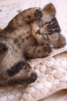 so sweet, such talent to create this Wool Needle Felting, Needle Felted Animals, Nuno Felting, Felt Animals, Felt Cat, Cat Crafts, Felt Toys, Soft Sculpture, Wool Felt