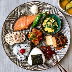 at meal at meal Japanese Food Sushi, Asian Recipes, Healthy Recipes, Café Bar, Eat This, Aesthetic Food, Korean Food, Food Presentation, Food Plating