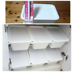 収納力を上げるために、収納ボックスを置くスペースを突っ張り棒で作っています。これなら棚がなくてもボックスを手軽に収納できますね。