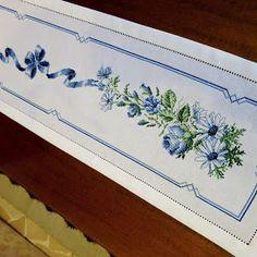 Christmas Cross, Cross Stitch Embroidery, Zip Around Wallet, Elsa, Crafts, Punto Cruz Gratis, Cross Stitch Flowers, Cross Stitch Rose, Blue Roses