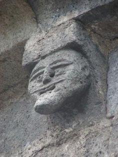 modillon  de l'église d'Allanche . Cantal. Auvergne Monuments, Daydream, Celtic, Garden Sculpture, Palette, Carving, Outdoor Decor, Auvergne, Palette Table