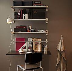 Mesa para pequeno-almoço com prateleiras montadas na parede e mesa rebatível para parede, com banco alto.