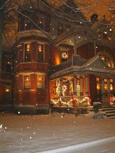 I love victorian homes! victorian homes at christmas time Christmas Scenes, Noel Christmas, Merry Little Christmas, Victorian Christmas, Christmas Lights, Xmas, Christmas Houses, Country Christmas, White Christmas