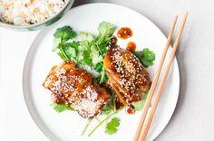 Deze sticky kip met five spice, chilisaus en sesam is belachelijk snel klaar en belachelijk lekker. Serveer 'm met wat rijst en zoetzure komkommer.