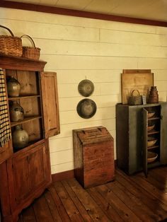 Small House Living, Small Space Living, Primitive Kitchen, Country Primitive, Prim Decor, Country Decor, Country Dining Rooms, Country Living, Antique Cupboard