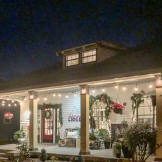 A Tennessee Christmas Porch: Decorations For Winter That Play Up The Nostalgia Porch Christmas Lights, Vintage Christmas Lights, Christmas Lodge, Country Christmas Decorations, Cottage Christmas, Decorating With Christmas Lights, Outdoor Christmas, Porch Decorating, Winter Decorations