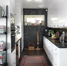 Krittavle-väggen i köket är som en gästbok. Alltid lika trevligt att vakna upp efter en middag med en trevlig hälsning! Köksinredning från Noblessa  med läderhandtag från Lundell & Zetterberg.
