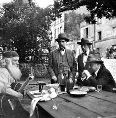 """Frédé, Henri Jonquières, Chas Laborde, Pierre Mac Orlan, en 1927. Photo prise au """"Lapin Agile"""" par Edouard Jonquières."""