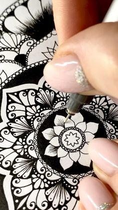 Mandala Drawing, Mandala Art Lesson, Mandala Doodle, Doodle Art Drawing, Pencil Art Drawings, Eye Drawings, Mandala Pattern, Pattern Art, Zentangle Patterns
