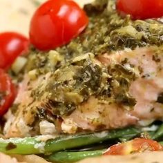 Full recipe below, send it to a friend you want to make this with! by @ketodiet_easily (IG) Ingredients (for1serving) 3 ozgreen beans(85g) olive oil, to taste salt, to taste pepper, to taste 6 ozskinless salmon(170g) 2 tablespoonspesto 10cherry tomatoes, halved SPECIAL EQUIPMENT parchment paper, or aluminum foil, 12×18 inches (30x47cm) Pesto Salmon, Baked Salmon, Fish Recipes, Healthy Recipes, Healthy Food, Dieet Plan, Healthy Lunches For Work, Tomato Pesto, Pesto Recipe