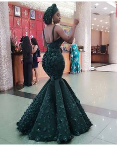 Classy Ankara Styles - Chimnaza Owning Ankara material is very easy but deciding on topnotch style to sew can be difficult atimes.For some individuals like myself, we have to browse through the internet or go … African Prom Dresses, Latest African Fashion Dresses, Ankara Fashion, African Wedding Attire, African Attire, African Traditional Wedding Dress, Traditional Weddings, Ankara Stil, Dinner Gowns