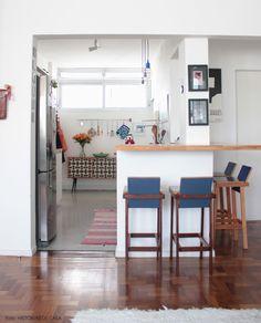Abrir a cozinha é um ótimo jeito de ampliar a iluminação. Outras ideias em www.historiasdecasa.com.br #todacasatemumahistoria