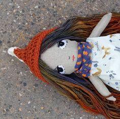 "Izabelle, hair made of Malabrigo rastita piedras – TankannaToys (@tankannatoys) na Instagramu: ""One of my favorites ever, the fox princess Izabelle, found a new home today, in the hands of a…"""