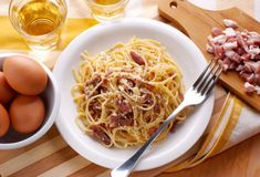 Real Spaghetti Carbonara by Antonio Carluccio - Cooking Recipes Pasta Sauces, Pasta Recipes, Cooking Recipes, Spaghetti Carbonara Recipe, Spaghetti Sauce, Good Food, Yummy Food, Tasty, Cassoulet
