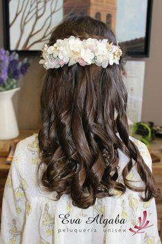 Nuestras niñas preparadas para su comunión con un tocado y peinado para su gran dia. Little Girl Dresses, Girls Dresses, Flower Girl Dresses, Girl Hairstyles, Wedding Hairstyles, Communion Hairstyles, First Communion, Hair Pieces, Beauty Skin