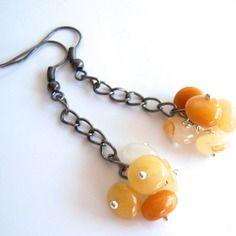 Boucles d'oreille solaires avec des jades jaunes et blanches