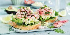 Rekesmørbrød med eggesalat og avokado. Scandinavian Living, Salmon Burgers, Afternoon Tea, Lunch, Ethnic Recipes, Eat Lunch, Lunches