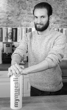 Florian B. (Online Marketing Manager) muss man erst ganz lieb fragen, dann teilt er sein Müsli gerne. Welche Überraschung wohl in dieser Dose steckt?  Florian B. (Online Marketing Manager) loves to share his muesli, if you ask him dearly.