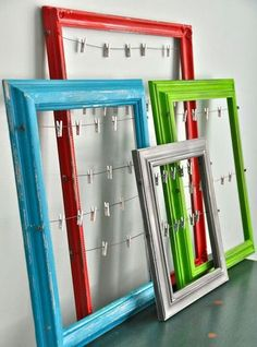 Now do not throw your old picture frames. Here is a collection of DIY Recycled Craft Ideas. How to make reuse of old picture frames has made so easy now. Karten Display, Diy Holiday Cards, Cards Diy, Dorms Decor, Diy Dorm Decor, Dorm Room Wall Decorations, Diy Projects Dorm Room, Diy Dorm Room, Dorm Room Crafts