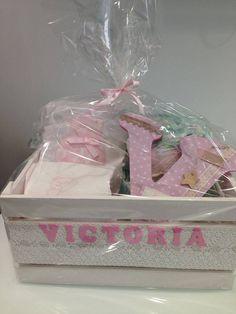 Canastilla recién nacido. Letra personalizada, body, tarta de pañales, peluche, toallita y caja personalizada con nombre.