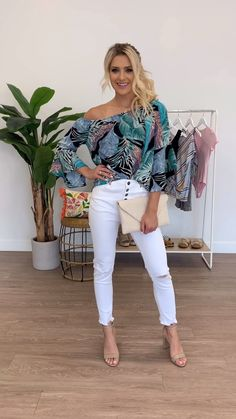 The best tops to wear with white jeans this summer. Women's summer outfits outfits with white denim casual summer outfits White Jeans Outfit Summer, White Pants Outfit, Outfit Jeans, Casual Summer Outfits With Jeans, Summer Jeans, Summer Outfits Women, Simple Outfits, Chic Outfits, Trendy Outfits