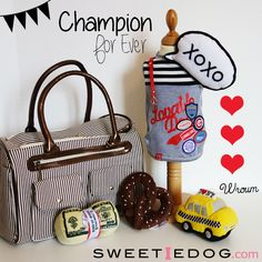 <3 Lookbook chien Champion <3 Sac de transport pour chien Holiday – T-shirt chien Champion - Collier chien Baby Bow - Jouet chien NYC Taxi – Jouet chien Pretzel – Jouet chien Money – Jouet chien Call Out Xoxo - www.sweetiedog.com