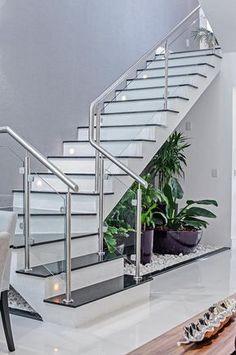 ESCADA COM JARDIM : Corredores, halls e escadas modernos por Patrícia Azoni Arquitetura + Arte & Design