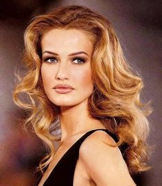 Karen Mulder is one of the most desirable models of century. Her flawless figure, silky hair, blue eyes and stunning face made her one of the most beautiful women ever. Claudia Schiffer, Naomi Campbell, Estilo Miranda Kerr, Original Supermodels, 90s Hairstyles, Karen, Models Makeup, Look Vintage, Strawberry Blonde