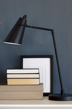En mørk matt grå farge. Fargen uttrykker noe maskulint og sterkt. Fargen har et hint av blått i seg. Perfekt å bruke på en kontrastvegg som vil gi rommet litt tyngde. #mørk#blå#dark#blue#bøker#books#stålampe#stue#livingroom#soverom#bedroom#gang#hall#inspirasjon#inspiration#maskulin#sval#dempet#maling#painting#fargekart#Fargerike Desk Lamp, Table Lamp, Ikea, Lighting, Home Decor, Table Lamps, Decoration Home, Ikea Co, Room Decor