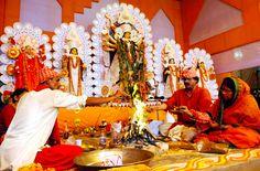 Het huwelijk duurt een paar dagen, met veel rituelen en plechtigheden. Het huwelijk kan overal plaatsvinden: bij de bruid thuis of in speciaal gehuurde feestzaal. De bruid draagt speciale sieraden en een rode zijden sari. Ze zit met de bruidegom voor een heilig vuur terwijl de priester gebeden opzegt en voedsel offert aan de goden. Dan lopen bruid en bruidegom zeven keer om het vuur heen om hun huwelijk te symboliseren.