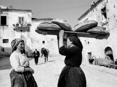 TBT Woman carrying bread in Orsara di Puglia, Italy. By Maraini Fosco, Photo Black, Black White Photos, Black And White Photography, Old Pictures, Old Photos, Vintage Photographs, Vintage Photos, Vintage Italy, Historical Photos
