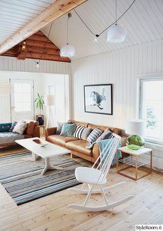 nahkasohva,keinutuoli,raitamatto,sohvapöytä,kattovalaisin Zen Space, Living Room Inspiration, Future House, Sweet Home, Interiors, Decorating, Dining Room, Living Room, House Beautiful