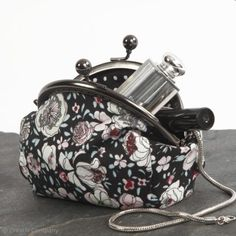 A Make-up Bag with a Metal Clasp made from Patchwork Fabric - Creative ideas Patchwork Fabric, Floral Fabric, Sewing Tutorials, Sewing Projects, Sewing Patterns, Wet Felting Projects, Haute Couture Looks, Couture Makeup, Clutch Bag