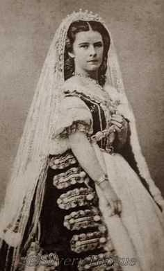4ddb9e0842d7f8acbe0171d9b0ef6590.jpg 724×1,200 pixels.  Empress Elizabeth in Hungarian dress