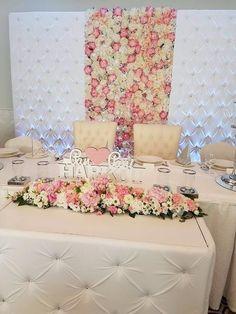 Biała pikowana Ścianka Tło z kryształami i kwiatami za Parą Młodych