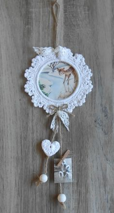 Cute inspiration for those Crocheted Frames. Just a bit of ribbon and some beads would finish them off nicely! Crochet Wreath, Crochet Diy, Crochet Home Decor, Crochet Gifts, Hand Crochet, Crochet Stars, Crochet Snowflakes, Crochet Flowers, Crochet Christmas Ornaments