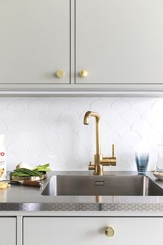 Worktop patterned stainless steel StalaTex - pattern Honeycomb - water tap Tapwell #kitchenrenovation #stalatex #diskbänk