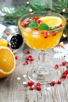 Uppfriskande och julig cocktail med toner av citronmeliss, apelsin och granatäpple. Denna drink går lika bra att servera som en mocktail. Tips! Sila drinken om du vill slippa de små bitarna av muddlad citronmeliss. #drink #cocktail #glöggmingel #glögg #jul Vodka Drinks, Cocktail Drinks, Fun Drinks, Yummy Drinks, Cocktail Recipes, Cocktails, Xmas Food, Christmas Drinks, Healthy Recepies
