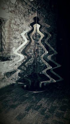 Forêt Noire 260 cm in acciaio Corten esposto presso Relais Todini - L'ALTRO VISSANI TODI #forêtnoire #laltrovissani #christmasgift #handmade #cortensteel #christmastree