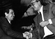 1979, Enrico Berlinguer, segretario del Partito Comunista Italiano, stringe la mano a Bettino Craxi, segretario Psi