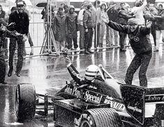 GLORY.Uno dei momenti più belli della storia della F1 e dello sport racchiusi in uno scatto. Un giovane Ayrton Senna entra ai box con un esultanza incontenibile. Sotto una pioggia battente, a bordo della sua Lotus Renault, è riuscito a vincere il suo primo grand prix di Formula 1. La sua leggenda è appena nata.Credo che alla Formula 1 moderna manchi proprio quello che racchiude questa foto, la gioia, ma sopratutto la spensieratezza di un epoca.
